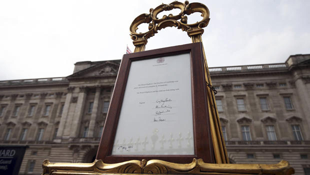 An easel is placed in the forecourt of Buckingham Palace announcing the birth of a baby girl to Kate, Duchess of Cambridge, in London May 2, 2015.