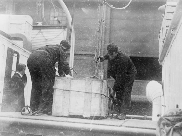 lusitania-body-taken-to-ny.jpg