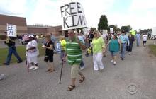 Supporters rally outside jail holding jailed Kentuck clerk