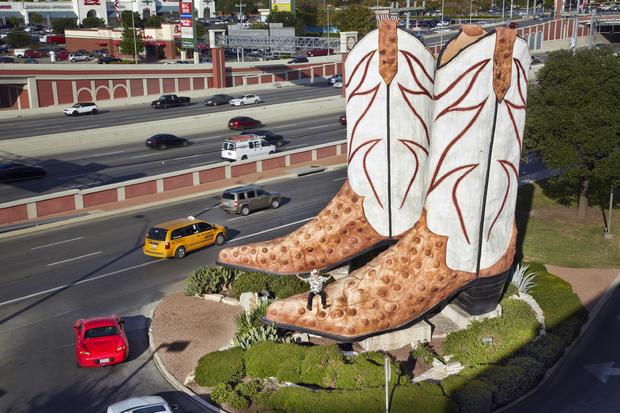 bob-wade-largest-cowboy-boot-sculpturev0c9740.jpg