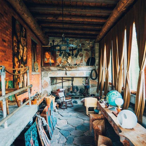 find-momo-fireplace-room-screaming-heads.jpg