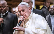 """""""Rapping"""" Pope Francis photo goes viral"""
