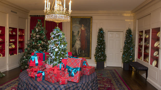 Fashion designers create White House holiday decorations - CBS News