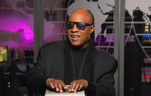 "Stevie Wonder performs ""Purple Rain"" tribute for Prince"