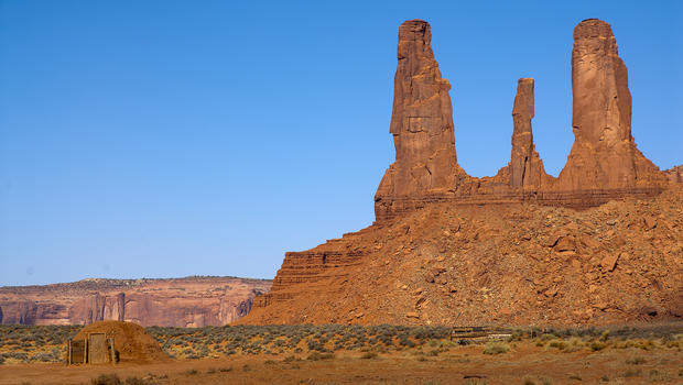 monument-valley-three-sisters-formation-navajo-hogan-verne-lehmberg-620.jpg