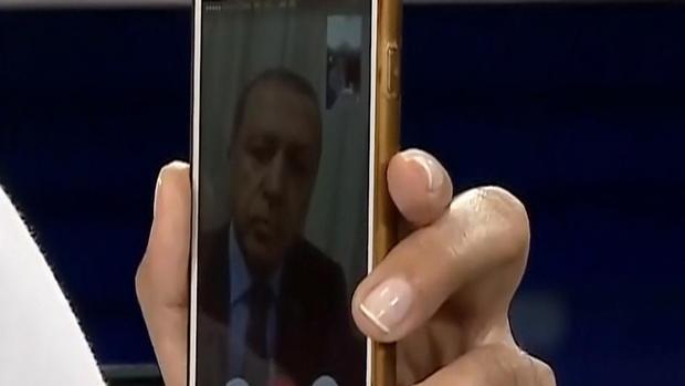 erdoganiphonegrab2.jpg