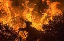 Thousands flee growing wildfire in California