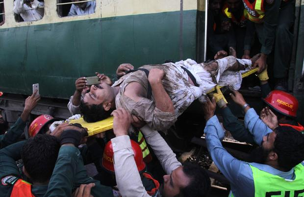 pakistan-train-crash-05801682.jpg