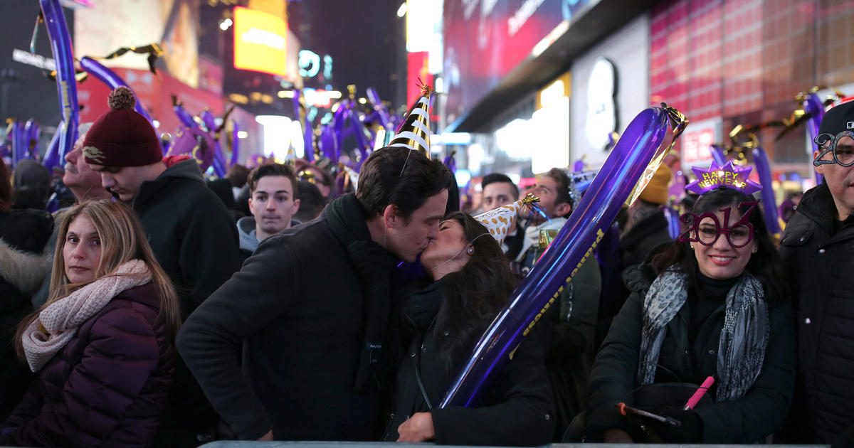 Americans Ring In 2017 Millions Pack Into Times Square To Kick Off New Years Celebrations Cbs News