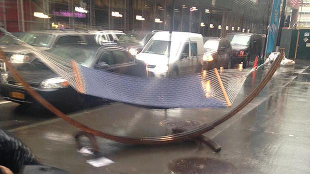 170425-cbs-new-york-hammock-strikes-tourist.jpg