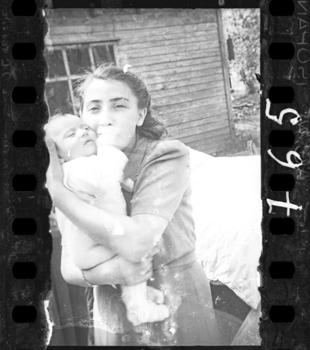lodz-ghetto-12-jewish-policemens-family-mother-with-infant-henryk-ross.jpg
