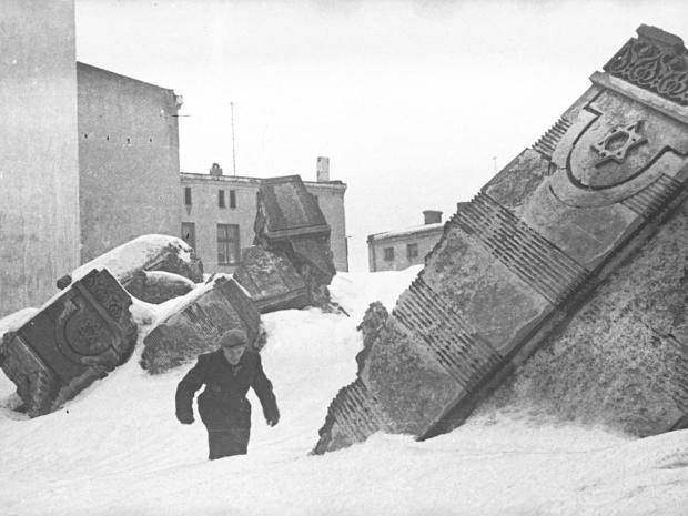 lodz-ghetto-02-man-walking-in-winter-in-the-remains-of-the-synagogue-on-wolborska-street-henryk-ross.jpg