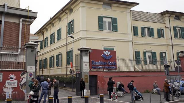 bambino-gesu-cardinal-tarcisio-bertone-ap-597025677114.jpg