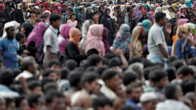 Rohingya refugees queue for aid at Cox's Bazar