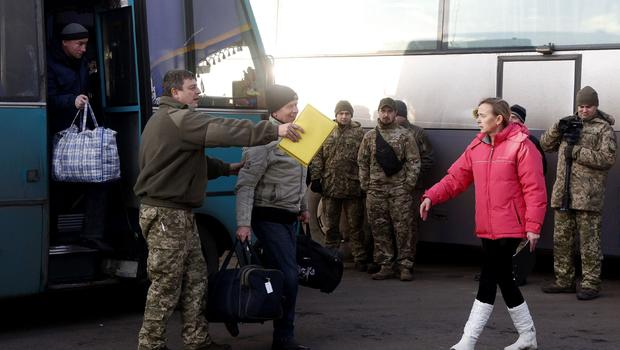 Ukraine: Rebels and govt swap first prisoners under new deal