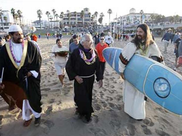 rev-christian-mondor-blessing-of-the-waves-huntington-beach-caoct-5-2008.jpg