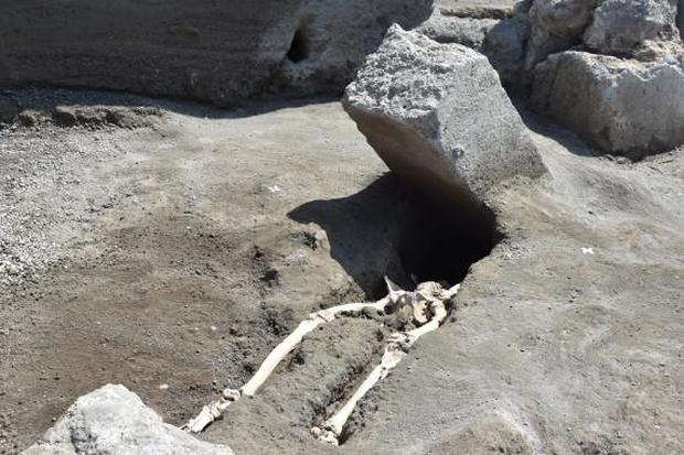 pompei-vesuvius-crushed-skeleton.jpg