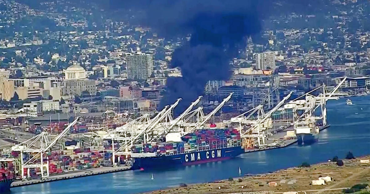 Scrap Yard Fire Today In Oakland California Plume Of Smoke Visible - Schnitzer scrap yard