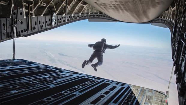 mission-impossible-tom-cruise-skydiving-620.jpg