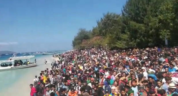 People crowd on the shore as they attempt to leave the Gili Islands after an earthquake Gili Trawangan, in Lombok, Indonesia