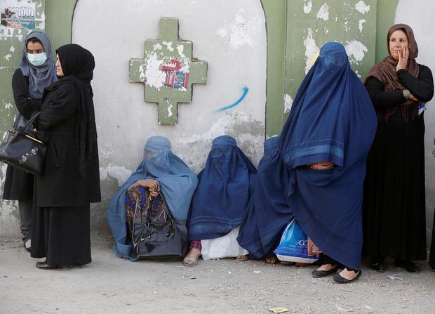 在喀布尔的一个投票站举行的议会选举中,阿富汗妇女排队投票