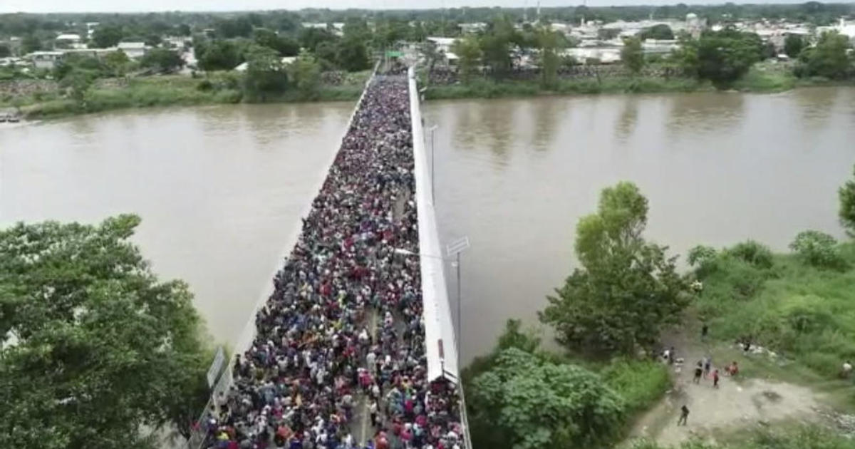 hundreds of migrants in us bound caravan cross mexico guatemala border cbs news
