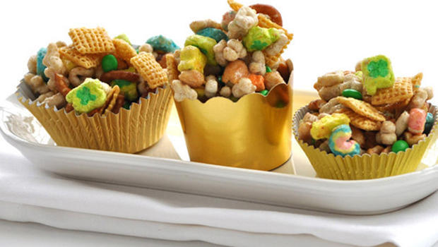 betty-crocker-kitchen-pot-o-gold-chex-mix-recipe-620.jpg
