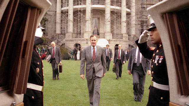 president-ghw-bush-boards-marine-one-march-27-1991-gbplm.jpg
