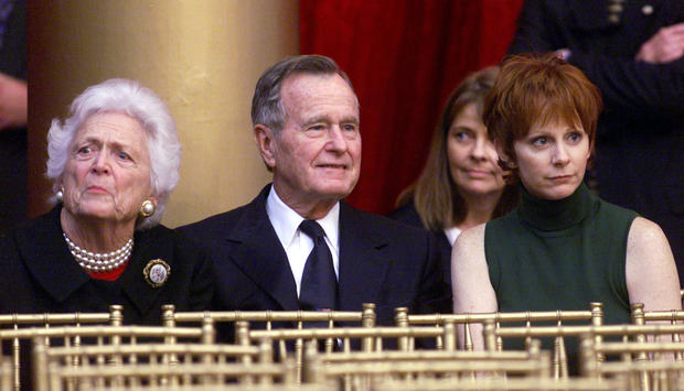 Country Singer Reba McEntire (R) sits with former President George Bush and his wife Barbara at the ..