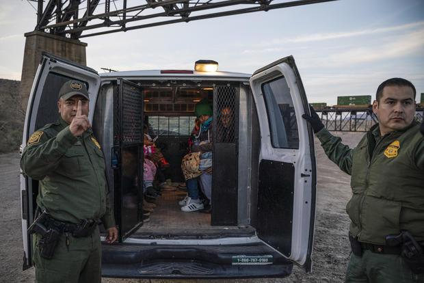 TOPSHOT-politics-border-US-MEXICO-POLITICS-BORDER-MILITIA-IMMIGR