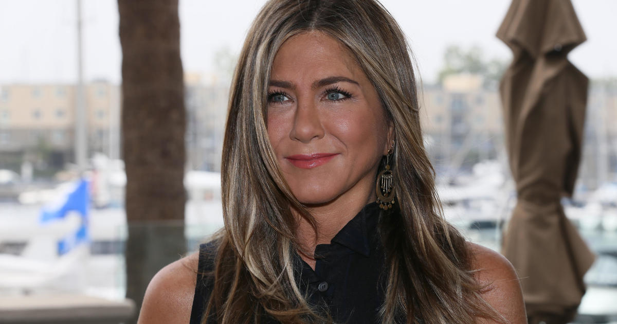 "Jennifer Aniston finally joins Instagram and posts a photo with her ""Friends"""