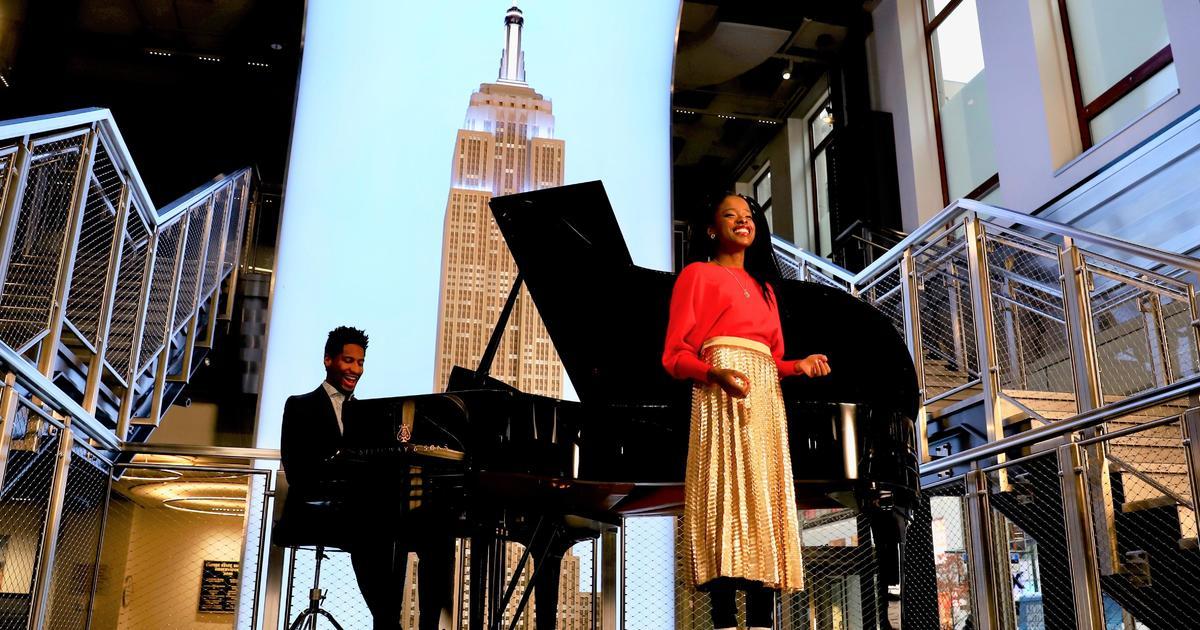 """Résultat de recherche d'images pour """"Jon Batiste and youth poet laureate Amanda Gorman pay tribute to Empire State Building"""""""
