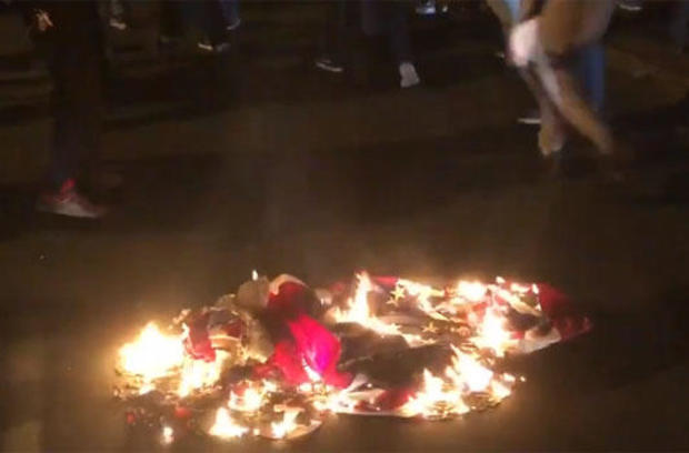 us-flag-burning-during-protest-after-police-shooging-in-raleigh-nite-of-031020.jpg