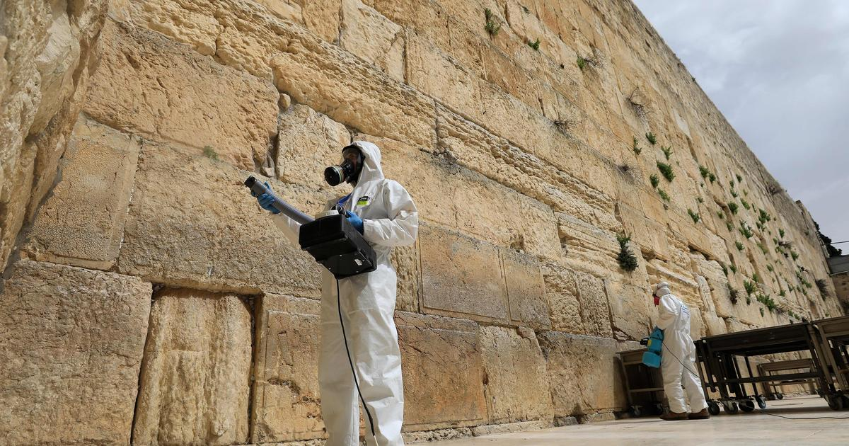 Jerusalem sanitizes stones of Western Wall and removes all notes amid coronavirus fears