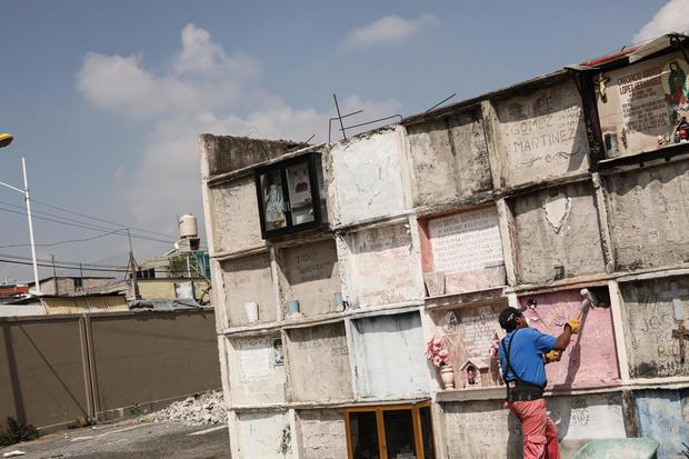 Coronavirus strains Mexico's cemeteries