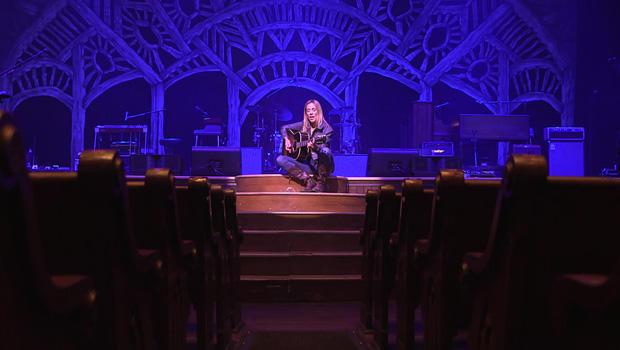 sheryl-crow-performs-on-ryman-stage-620.jpg