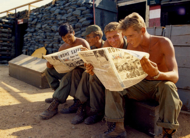 Soldiers Read About Apollo 13
