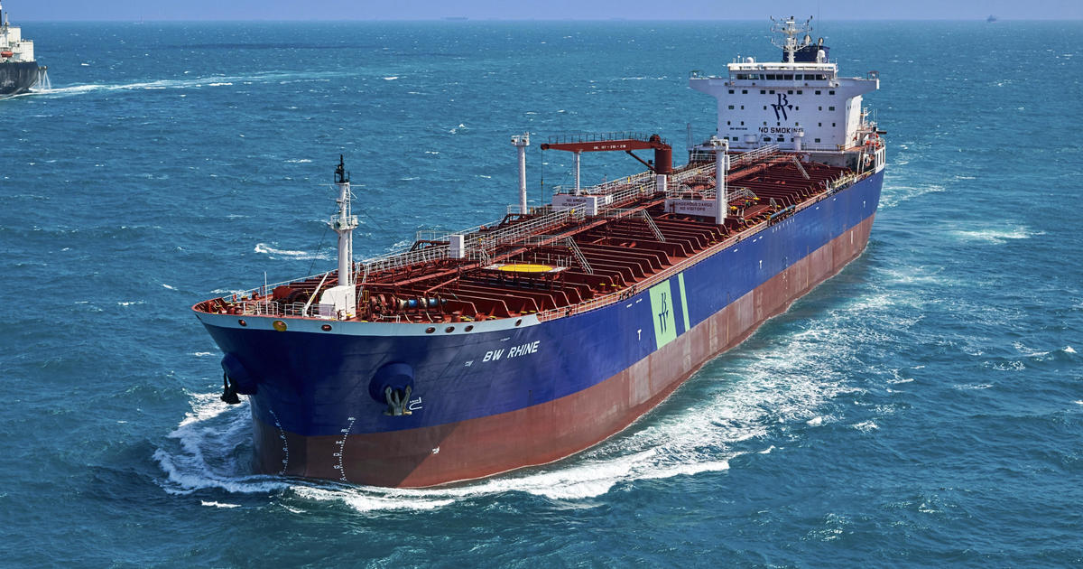 """Oil tanker attacked in Saudi Arabian port by """"booby-trapped boat"""" amid ongoing war in Yemen – CBS News"""