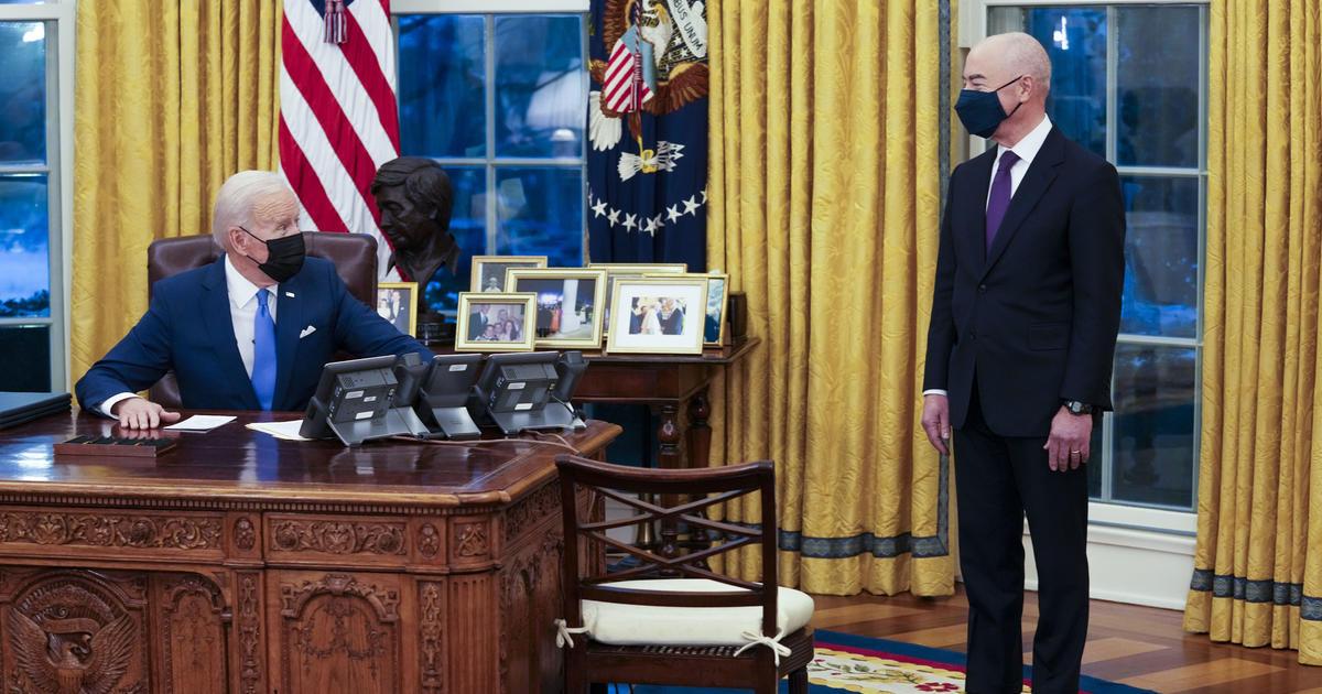"""Biden berhenti memberlakukan batas kartu tidak berpengalaman """"biaya publik"""" periode Trump thumbnail"""