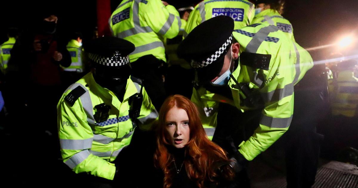 Polisi London menghadapi pengawasan atas pengawasan Sarah Everard thumbnail