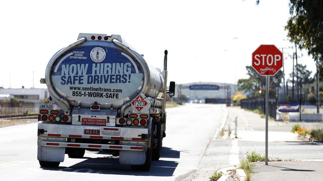 Now hiring truck drivers sign