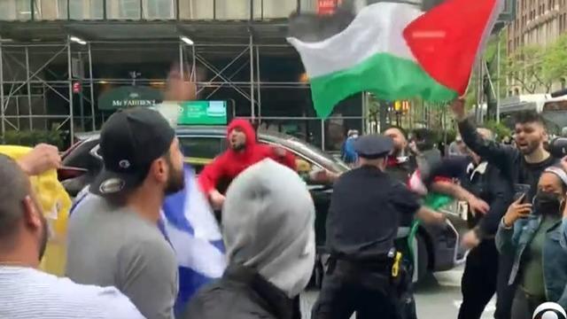pro-anti-palestinian-israeli-protesters-claslh-in-manhattan-051121.jpg